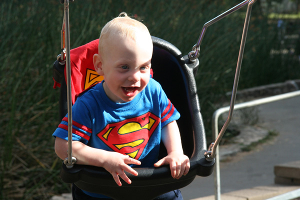 Sam the Anti-Preemie: Laughing in the swing